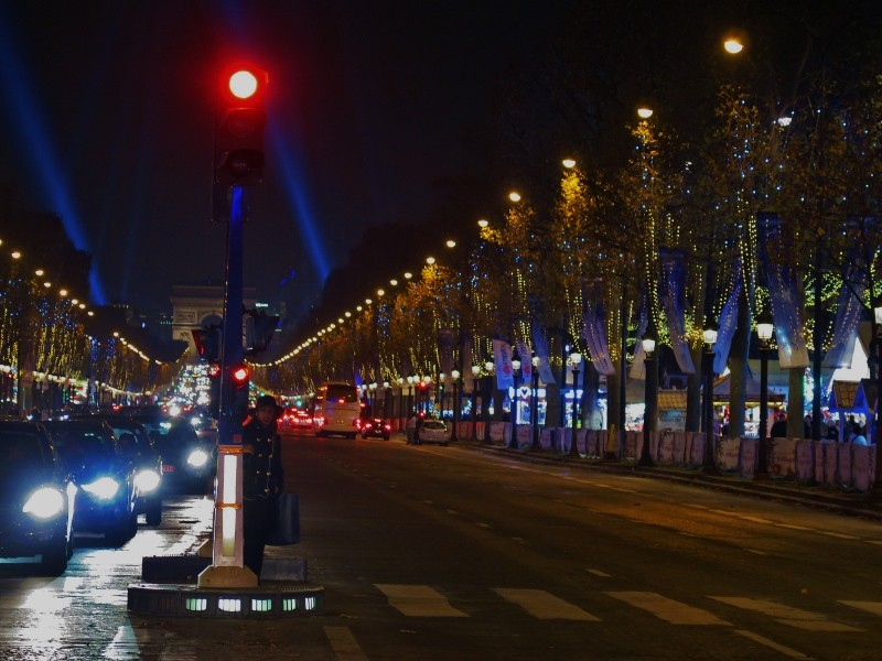 i-4-mercatini-di-natale-da-non-perdere-a-parigi-attraversando-la-strada-sugli-champs-elysees