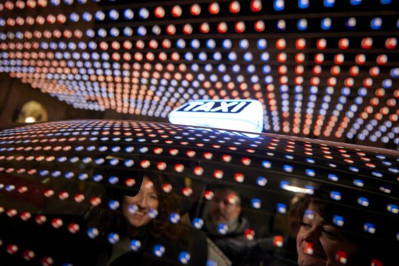 taxi Torino luce artista